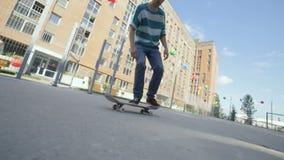 Um skater à moda desportivo aprecia os patins exteriores vídeos de arquivo