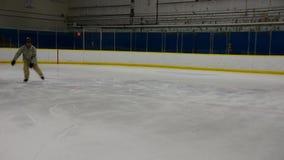 Um skater de gelo que faz um pé fora da parada da borda filme