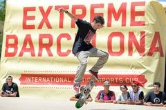 Um skater profissional na competição de patinagem em jogos extremos de Barcelona dos esportes de LKXA Imagens de Stock