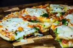 Um Slive cortado e comido de Oven Home Made Pizza quente delicioso Imagens de Stock Royalty Free
