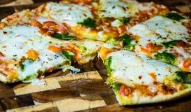 Um Slive foi comido de Oven Home Made Pizza quente delicioso Fotos de Stock