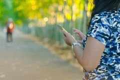 Um smartphone do uso da mulher para o negócio imagem de stock