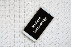 Um smartphone grande moderno com um tela táctil encontra-se no os gabaritos brancos foto de stock
