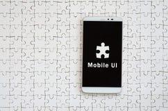 Um smartphone grande moderno com um tela táctil encontra-se no os gabaritos brancos fotos de stock