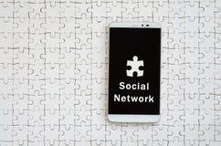 Um smartphone grande moderno com um tela táctil encontra-se no os gabaritos brancos fotos de stock royalty free