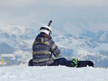 Um snowboarder está preparando-se para o passeio fotografia de stock