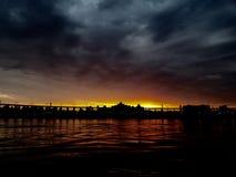 Um sol ajusta-se na ponte Fotos de Stock Royalty Free