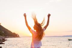 Um sol de encontro livre do sentimento beautyful da mulher perto do mar fotografia de stock royalty free