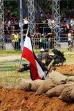 Um soldado alemão põe uma bandeira alemão sobre a terra Fotografia de Stock Royalty Free