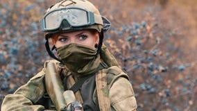 Um soldado da mulher com uma arma vídeos de arquivo