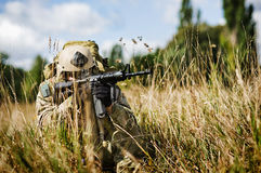 Um soldado guarda o território Fotos de Stock Royalty Free