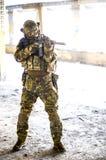 Um soldado na engrenagem do combate fotografia de stock