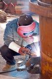 Um soldador está funcionando Fotografia de Stock Royalty Free