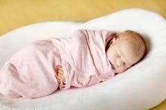 Um sono recém-nascido semanas de idade do bebê envolvido na cobertura Fotos de Stock Royalty Free