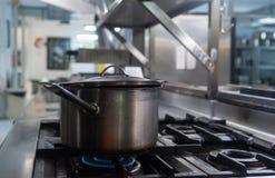 Um stewpot que obtém cozinhado no fogão imagens de stock