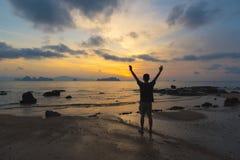 Um sucesso do sentimento do homem na praia fotografia de stock