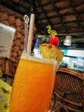 Um suco de fruta mixa no verão passado recentemente fabricado cerveja nas férias tropicais foto de stock