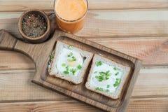 Um suco de laranja saudável dos ovos fritos do café da manhã imagens de stock royalty free