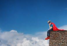 Um super-herói do menino Fotos de Stock Royalty Free