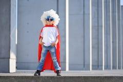 Um super-herói engraçado, pequeno Imaginação do menino do conceito Childchood feliz imagens de stock