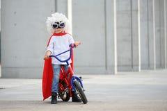 Um super-herói engraçado, pequeno Imaginação do menino do conceito Childchood feliz imagens de stock royalty free