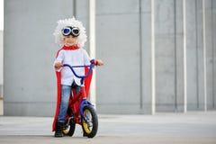 Um super-herói engraçado, pequeno Imaginação do menino do conceito Childchood feliz imagem de stock