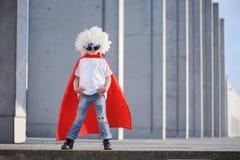Um super-herói engraçado, pequeno Imaginação do menino do conceito Childchood feliz fotos de stock