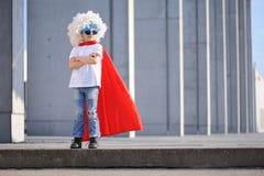 Um super-herói engraçado, pequeno Imaginação do menino do conceito Childchood feliz fotografia de stock royalty free