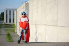 Um super-herói engraçado, pequeno Imaginação do menino do conceito Childchood feliz fotos de stock royalty free