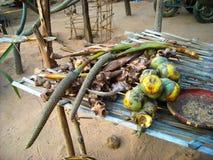 Um suporte com frutos em um mercado em Burma imagens de stock