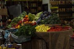 Um suporte de frutas e legumes típico Fotos de Stock Royalty Free