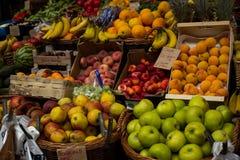 Um suporte de fruto típico Fotografia de Stock