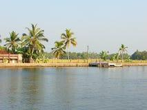 Um suporte do barco no canal da maré, Kerala, Índia Imagem de Stock Royalty Free