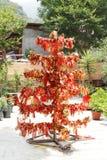 Um suporte do desejo nos locais de Naina Devi Temple com os panos coloridos amarrados nele Imagens de Stock Royalty Free