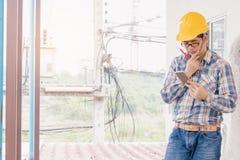 Um suporte do homem no uso do plano o telefone e está pensando fotos de stock