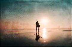 Um surfista com uma prancha em uma tarde enevoada que olha para fora ao mar Com o alargamento e vintage deliberados do sol, o gru ilustração royalty free