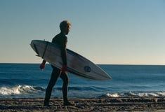 Um surfista em uma praia em África do Sul. foto de stock
