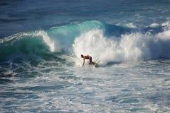Um surfista que monta a onda fotografia de stock royalty free