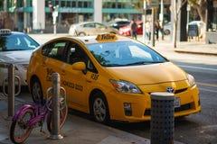 Um táxi amarelo espera pacientemente por um cliente em Santa Monica, LA imagem de stock royalty free