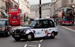 Um táxi preto na rua do regente, Londres Foto de Stock Royalty Free