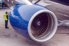 Um técnico perto do motor de aviões Imagem de Stock Royalty Free