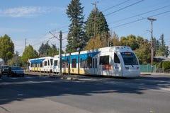 Um título do trem do trilho da luz de Trimet através de uma cidade perto da estação de Ruby Junction max, Oregon fotos de stock royalty free