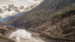 Um título longo do trem ocidental através de Fraser Canyon Fotos de Stock Royalty Free
