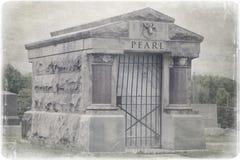 Um túmulo em um cemitério velho imagens de stock royalty free