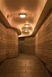 Um túnel & um x28 pedestres de encurvamento; subway& x29; na cidade de Londres, na noite fotografia de stock