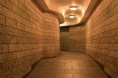 Um túnel & um x28 pedestres de encurvamento; subway& x29; na cidade de Londres, na noite fotografia de stock royalty free