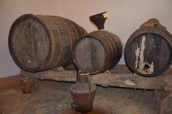 Um tambor de vinho antigo fotografia de stock