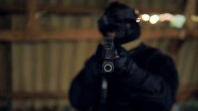 Um tambor preto de um rifle moderno é aguçado na câmera