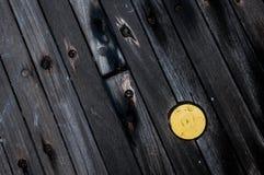 Um tampão amarelo da tubulação na plataforma de madeira de uma navio de guerra Fotos de Stock