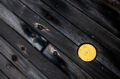 Um tampão amarelo na plataforma de madeira de um navio Imagem de Stock Royalty Free